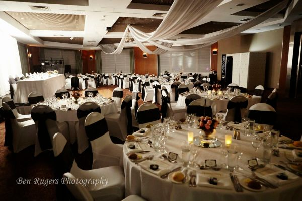 sofitel.gold.coast.broadbeach.beach.wedding.style.sophisticated.black.white.roses.sorrento.chandelier.ceiling.draping.robe.foyer.6
